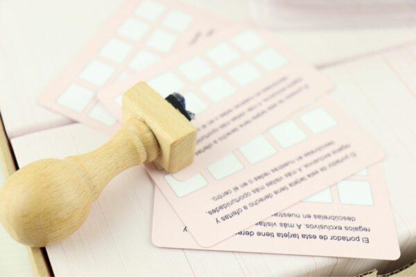 Tarjetas de Fidelización plastificadas en Mate con sello de madera